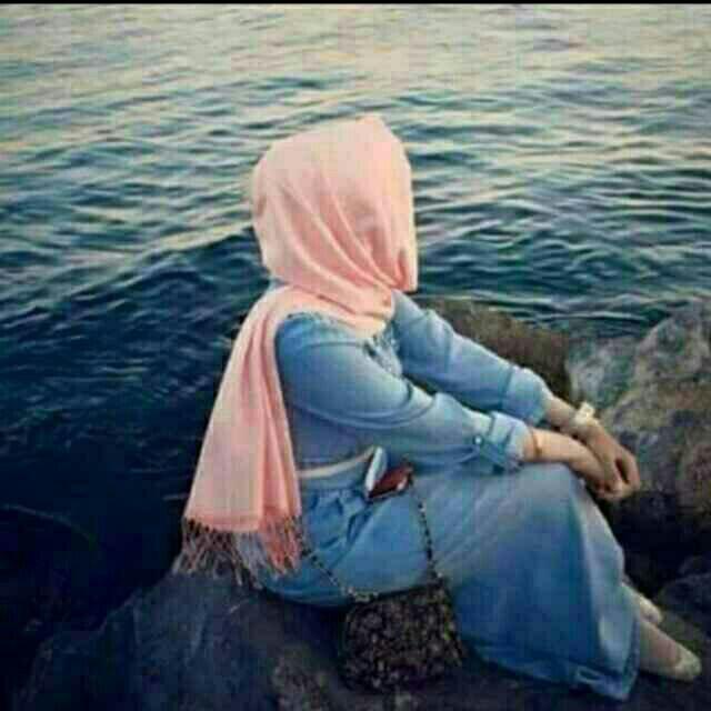 صورة وردة بيضاء جميلة ورقيقة علي رمال شاطئ البحر صورة
