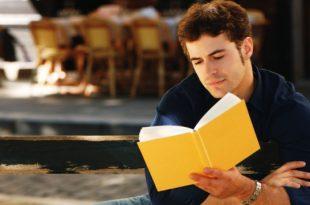 صورة قراءة الكتب مهمه , القراءة ضروره وليست هوايه