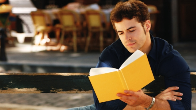 صورة قراءة الكتب , القراءة تثقف الذهن وتقوي التفكير
